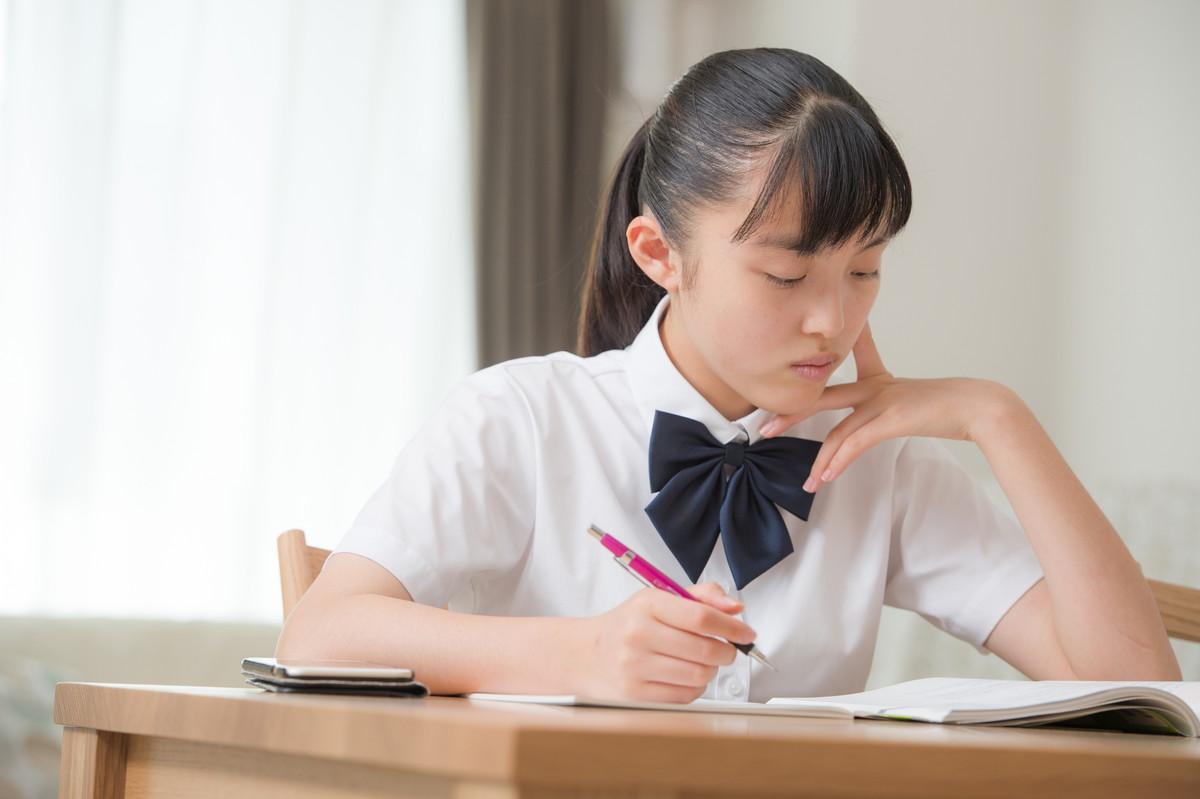自宅で勉強をする中学生